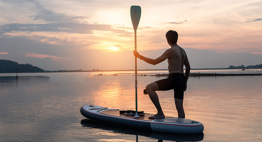 Stand up paddle i solnedgång