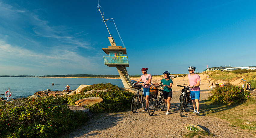 Cyclists go to the lifeguard tower in Tylösand